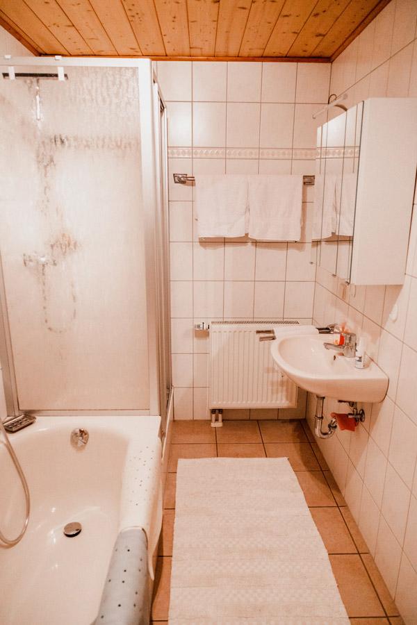 Badezimmer mit Dusche, Badewanne und WC.