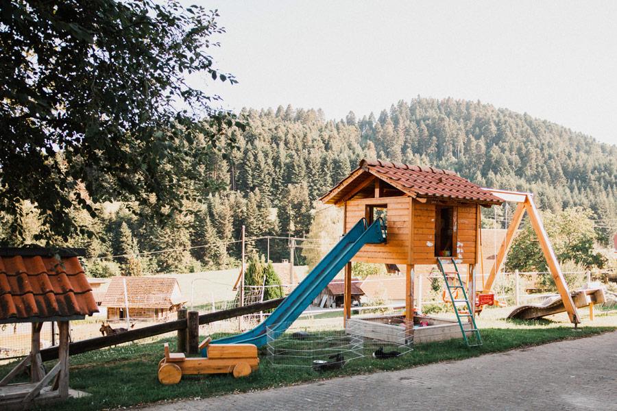 Kinderspielplatz mit Rutsche, Wippe, Schaukel, Sandbereich