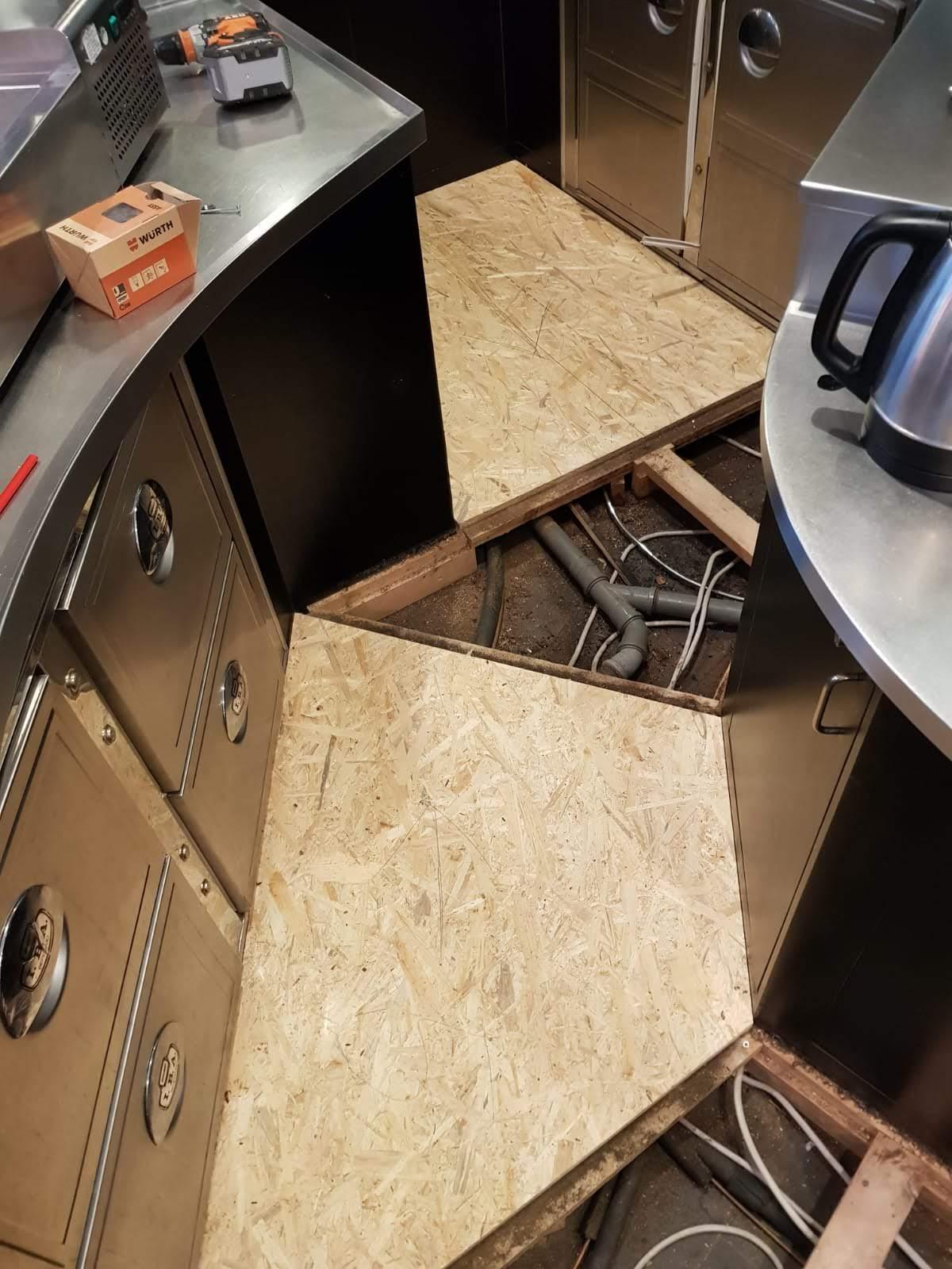 Montage der neuen Fußbodenplatten 2