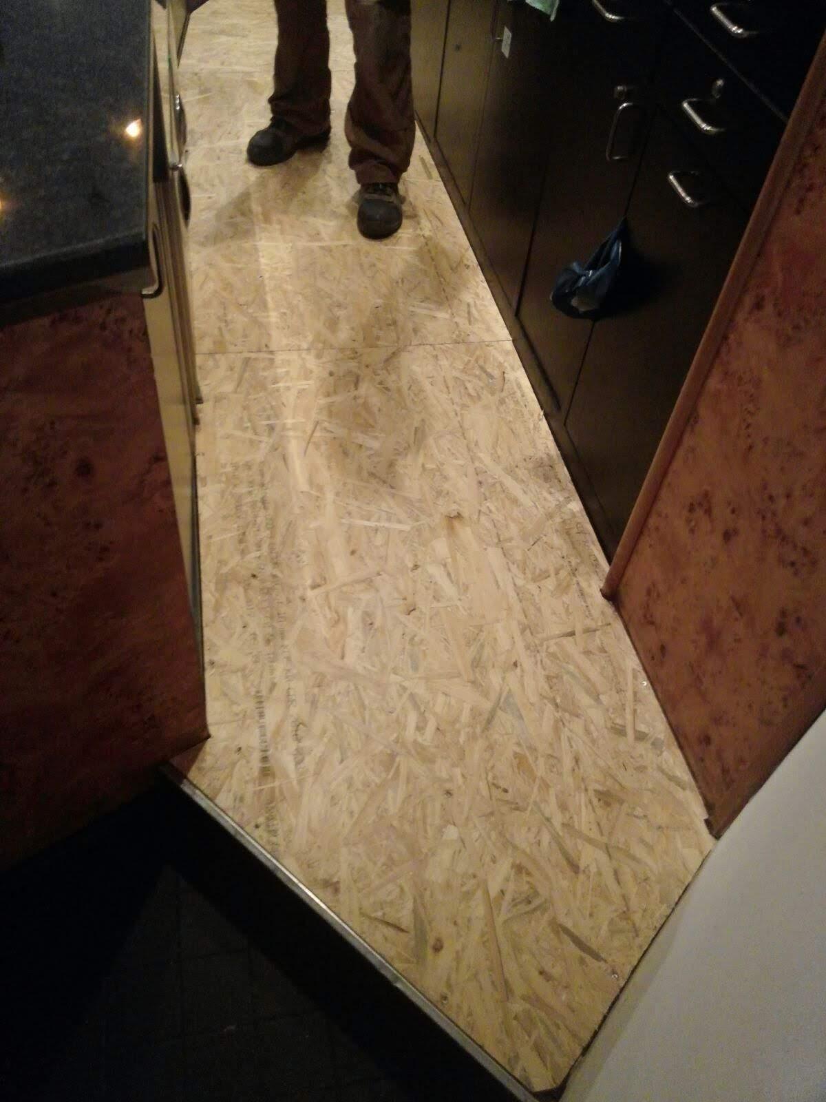 Montage der neuen Fußbodenplatten 4
