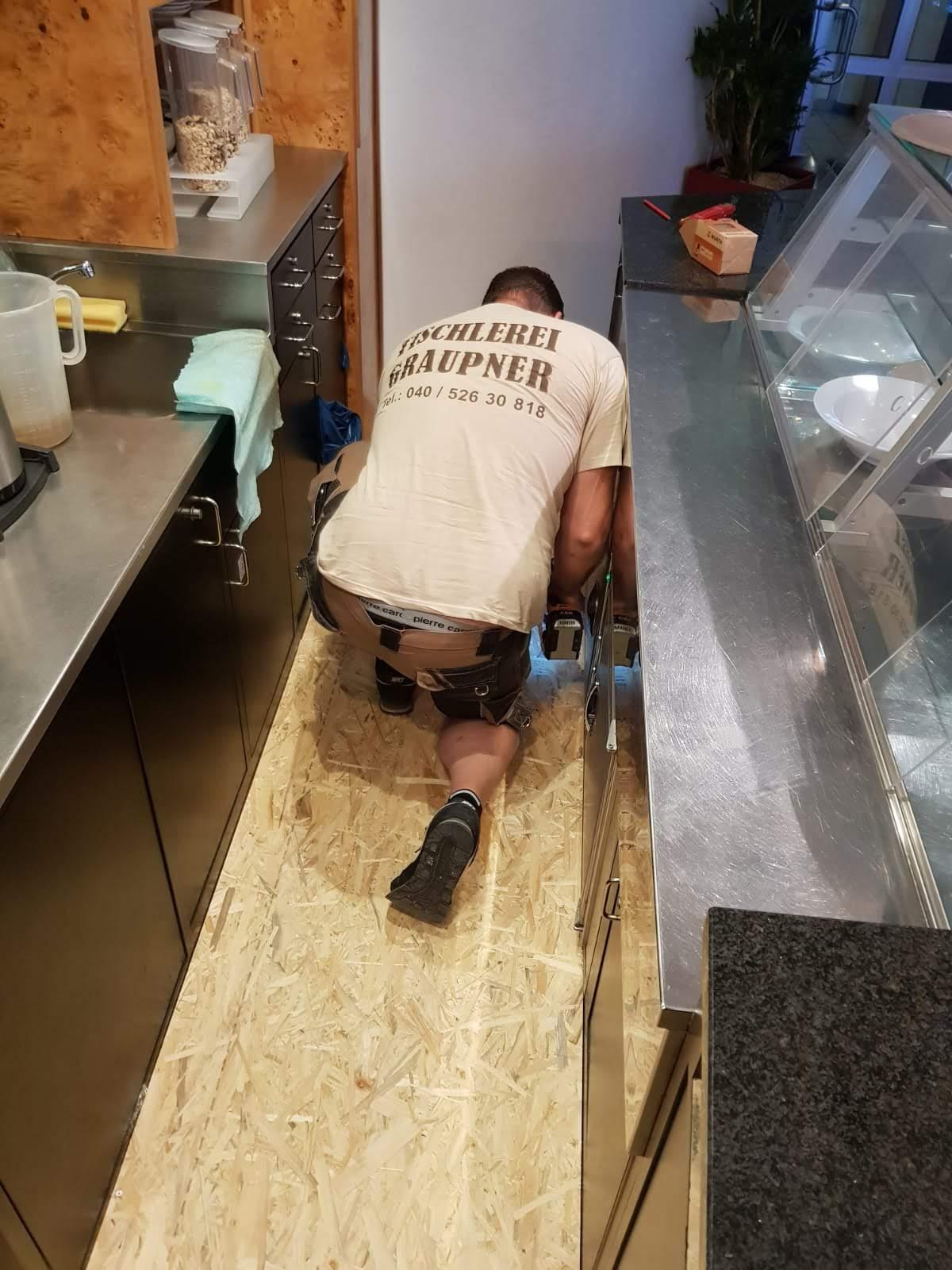 Montage der neuen Fußbodenplatten 3