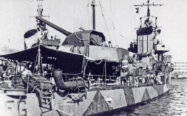 Un dettaglio e una vista del lato dritto del Folgore, risalenti all'estate del 1942. (Foto A. Fraccaroli - coll. M. Brescia)