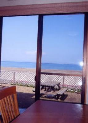 海を眺めながら食事が出来ます