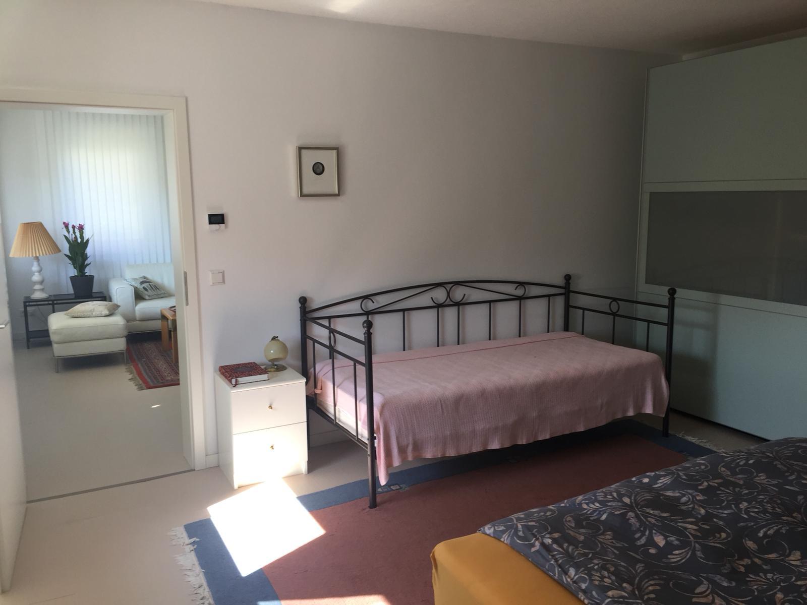 Das separate Bett kann bei Bedarf auch im Wohnzimmer stehen
