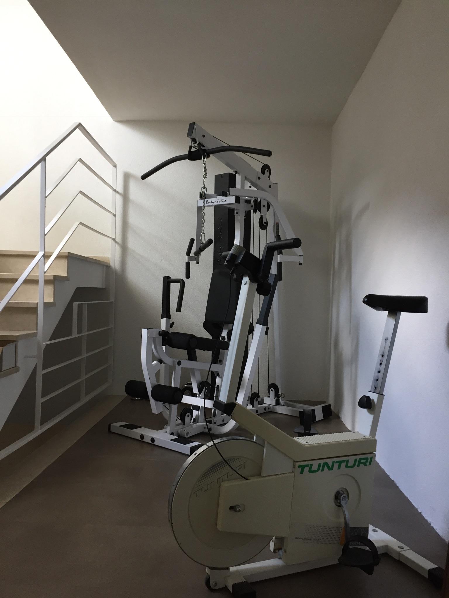 Die Fitnessgeräte im Haus stehen zur allgemeinen Verfügung