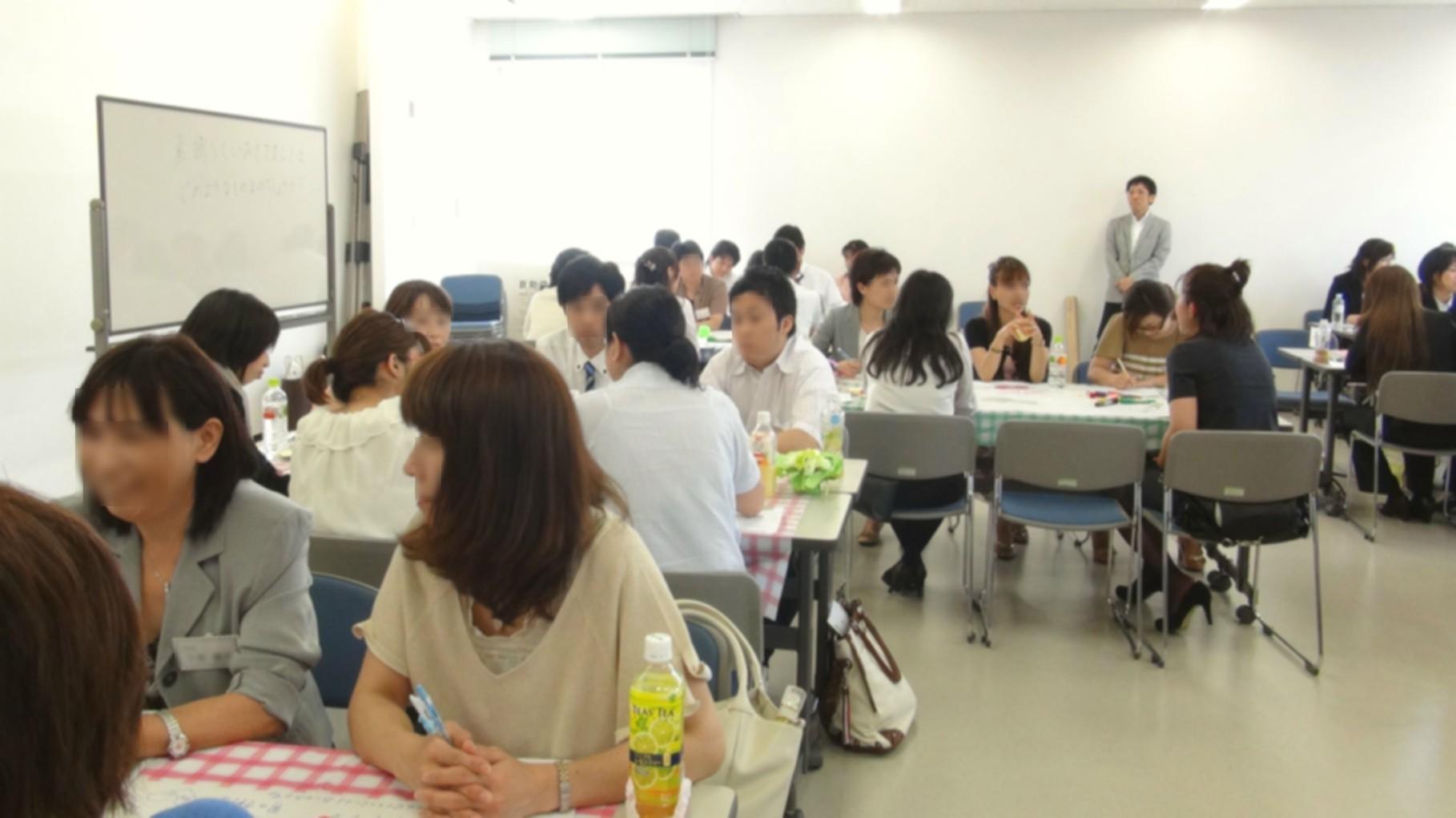 会議室で普段行うミーティングとは違い、和気あいあいとした雰囲気で行いますので、参加者の笑顔が多いのも特徴です。