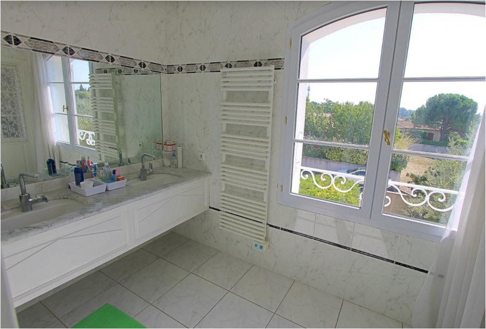 Une salle de bains à l'étage