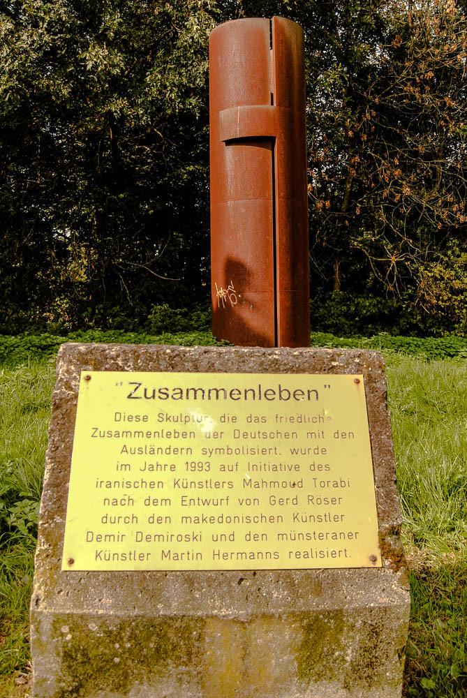 """Skulptur """"Zusammenleben"""" der Deutschen mit den Ausländern"""