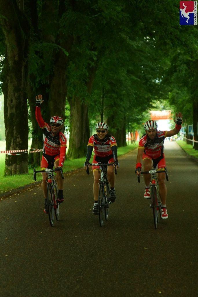 Zieleinfahrt. Mondsee. Marcel, Klaus, ich. Foto by sportograf