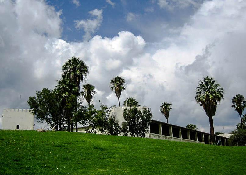 Alte Feste. Hauptquartier der Deutschen Schutztruppen, danach der südafrikanischen Truppen. Ab 1935 Schule, ab 1962 Nationalmuseum.
