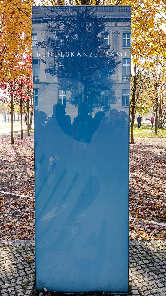 """Treffpunkt """"blaue Stele"""" vor dem Bundeskanzleramt"""