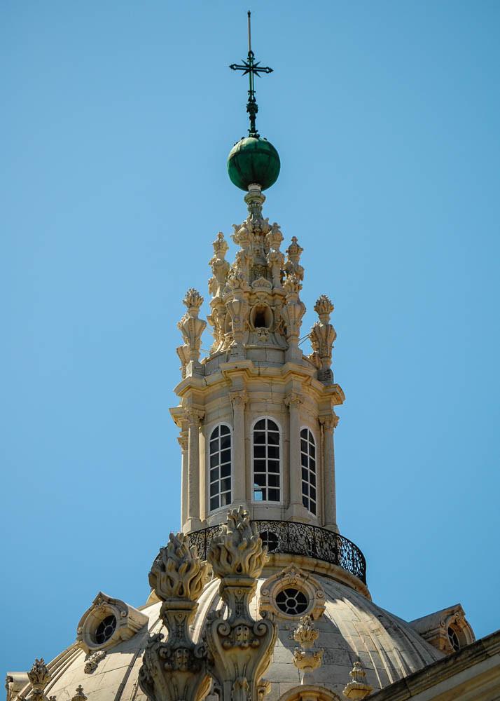 Die elegante Kuppel der Basilica de Estrela reckt sich in den blauen Himmel