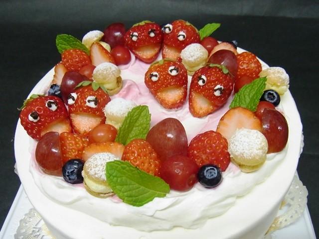 笑顔いっぱいのイチゴケーキ