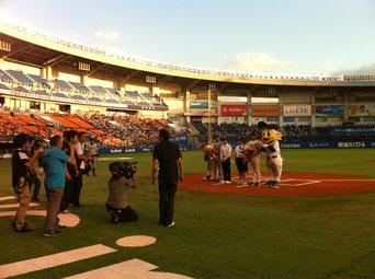石巻市大須中生徒を千葉へ招待。ロッテ戦で始球式!