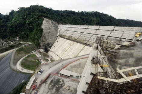 Der Staudamm für das Wasserkraftwerk Reventazón mit einer geplanten Leistung von 20 MW (Megawatt)