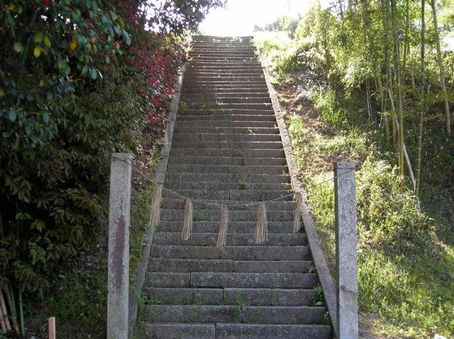 墓地から神社の階段へ