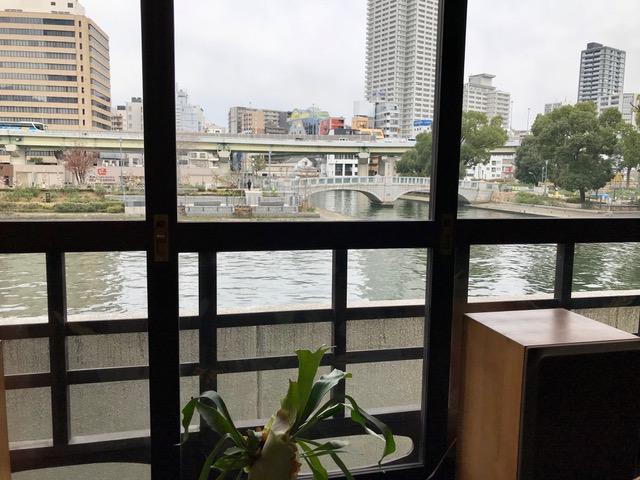 カフェの窓から中之島公園が見える