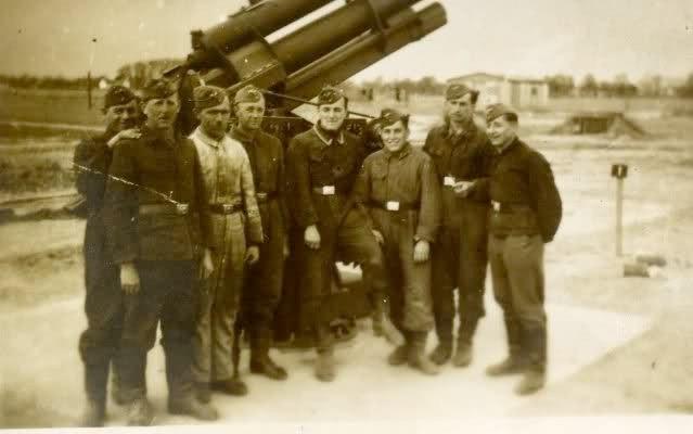 Groepsfoto van Luftwaffe Flak (Flugzeugabwehrkanone) personeel © Foto Collectie Oorlogsleven