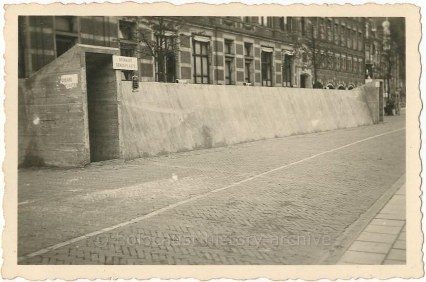 Openbare schuilplaats op het Rokin in Amsterdam ©Holocaust History Archive