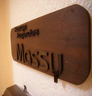 階段を下りて地下1階にMassyはあります。