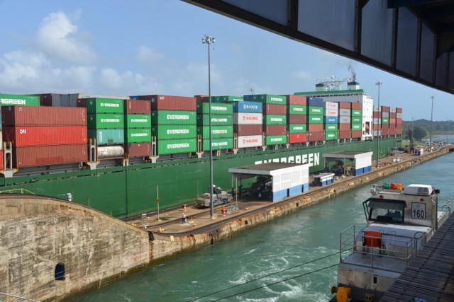 In der zweiten Schleuse ein Container-Frachter