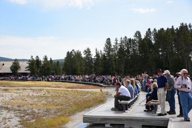 Menschenmenge für den Old Faithful