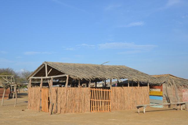 Die meisten Hütten sind leer, die Menschen wohnen in der Ortschaft 2 km weg.