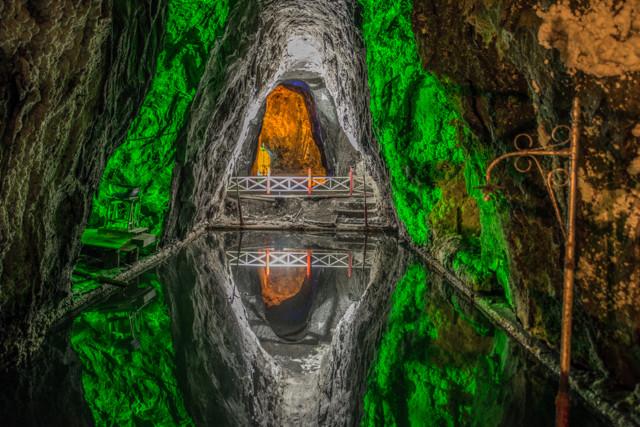 Wasserspiegelung in ausgedienten Salzbecken