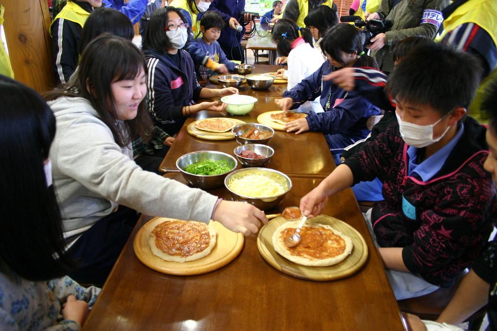 昼食でピザを作るようす。「こんなことができると思わなかった」と子どもたち。