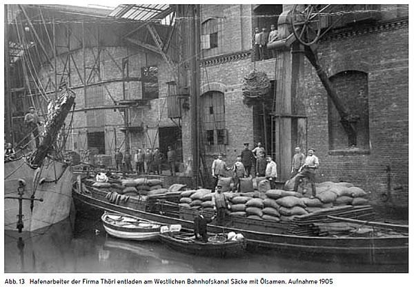 Das Foto von 1905 vom Palmspeicher zeigt eine kurze Arbeitspause im Binnenhafen.
