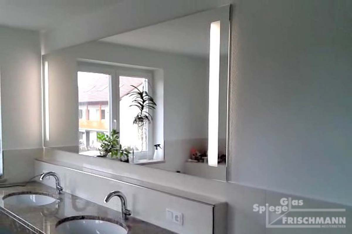 Badspiegel mit seitlicher indirekter Beleuchtung