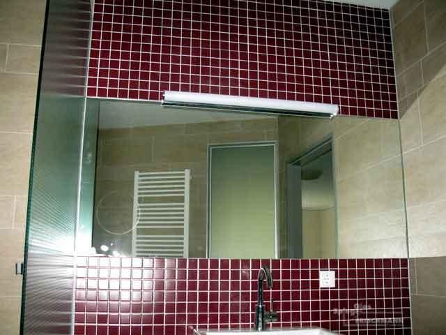 Badezimmerspiegel im Fliesenbett