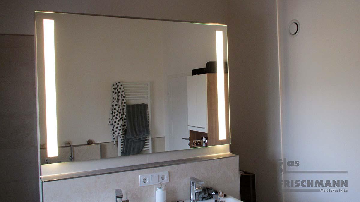 Badezimmerspiegel mit indirekter Beleuchtung