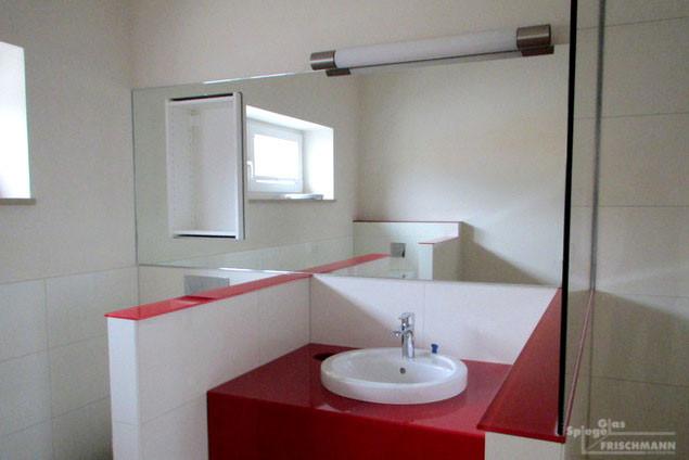 Badezimmerspiegel mit darüberliegender Beleuchtung