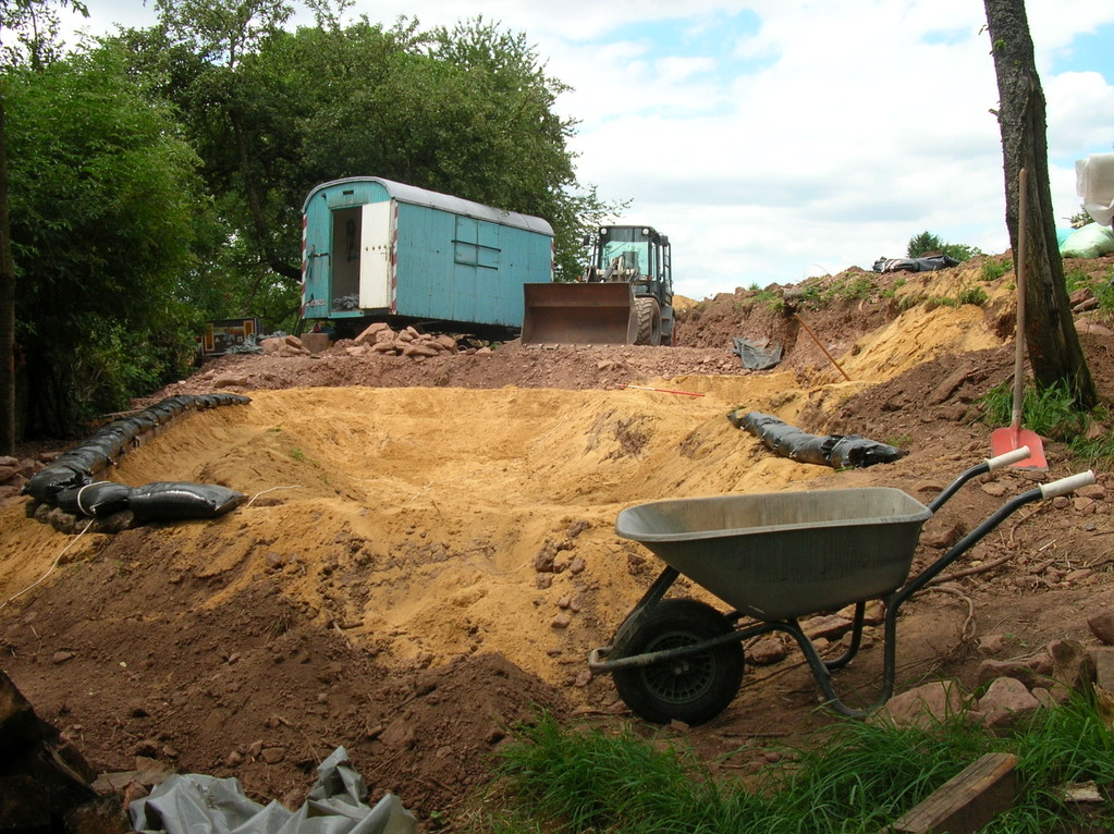 Der Bauwagen im Hintergrund wird auch ausgebaut
