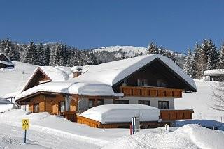 Haus im Winter -direkt an der Parsennbahn