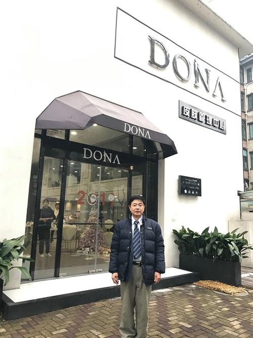 中国で指導に伺っている店舗前での記念撮影