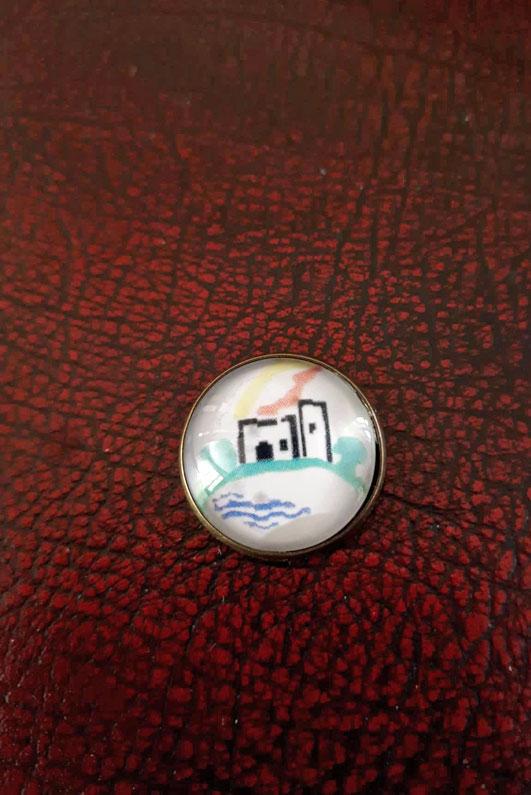 Ein Knopf mit dem Logo der Freiwilligen Feuerwehr Helmarshausen