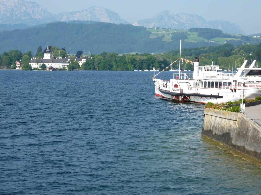 Schloss Orth mit Dampferschiff Gisela