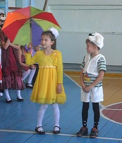 Тут раскрылся очень кстати зонт в руках у куклы Кати