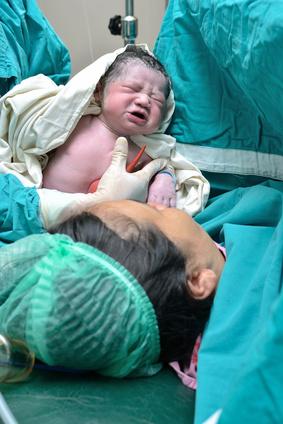 Ein kurzer Blick auf das gerade geborene Baby