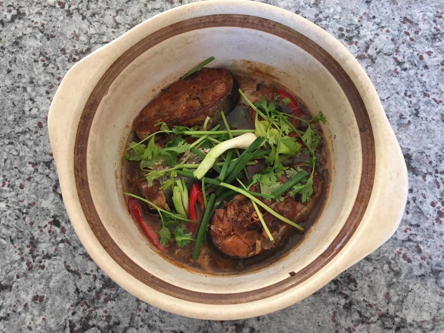 Ca kho to - feiner gekochter Pangasiusstück im heisse Topf