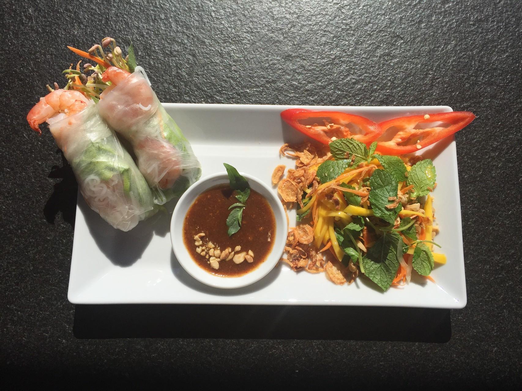 Goi cuon Tom - Frische Frühlingsrollen mit Crevetten, dazu Mangosalat . Serviert mit Moon Erdnusssauce.