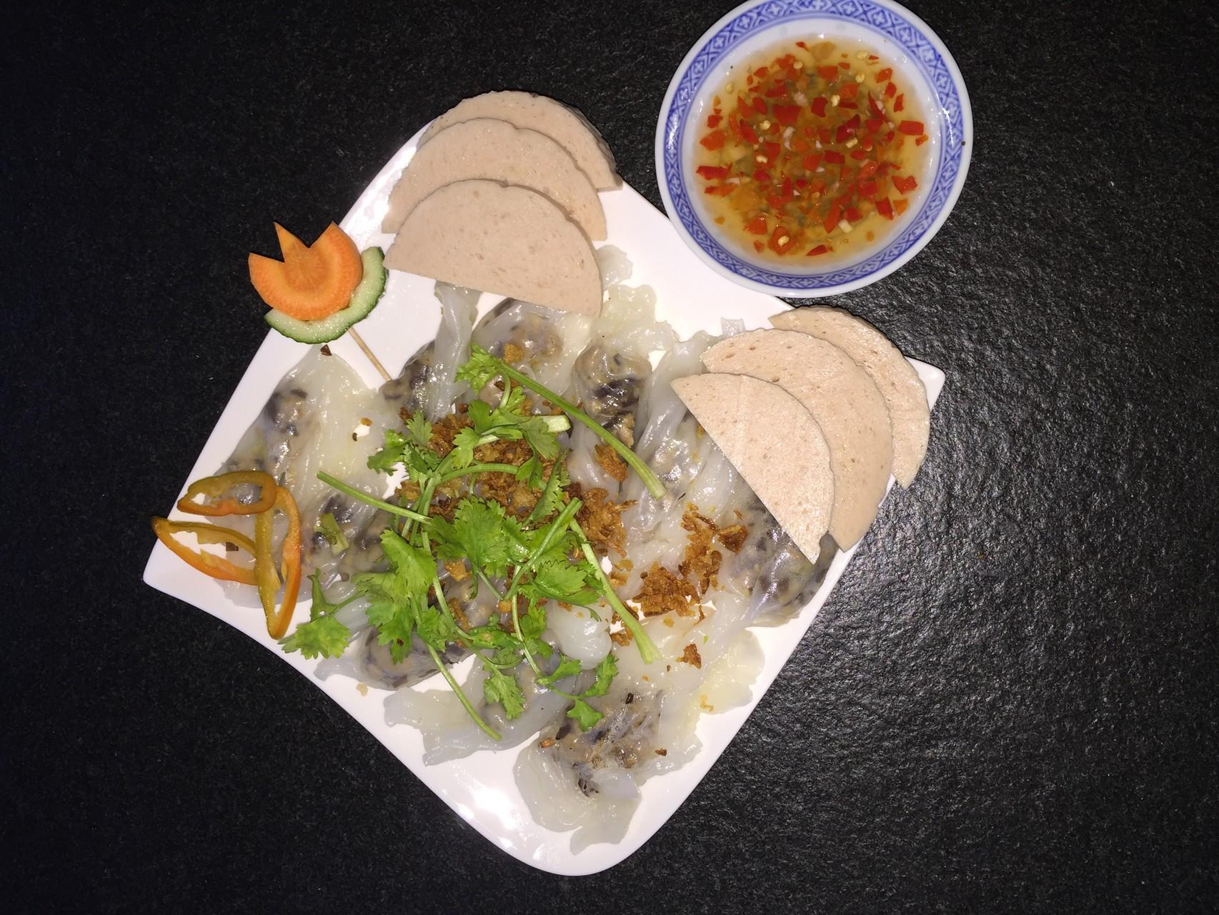 Banh Cuon- Gedämpfte Nudelnteigrollen mit Fleischfüllung dazu Hausgemachte Fleischkäse.