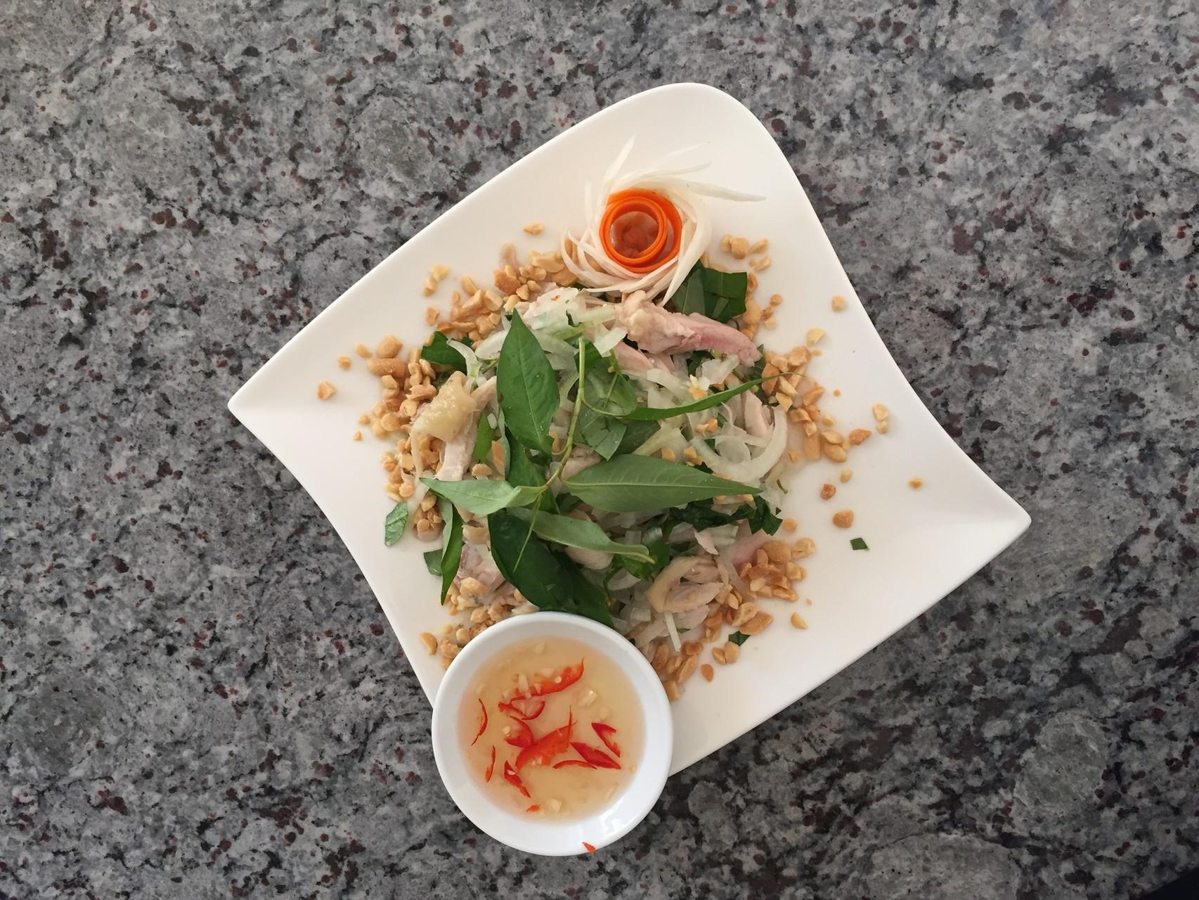 Goi ga xe phay - Pouletsalat mit starke vietnamesische Koriander und Zwiebeln.