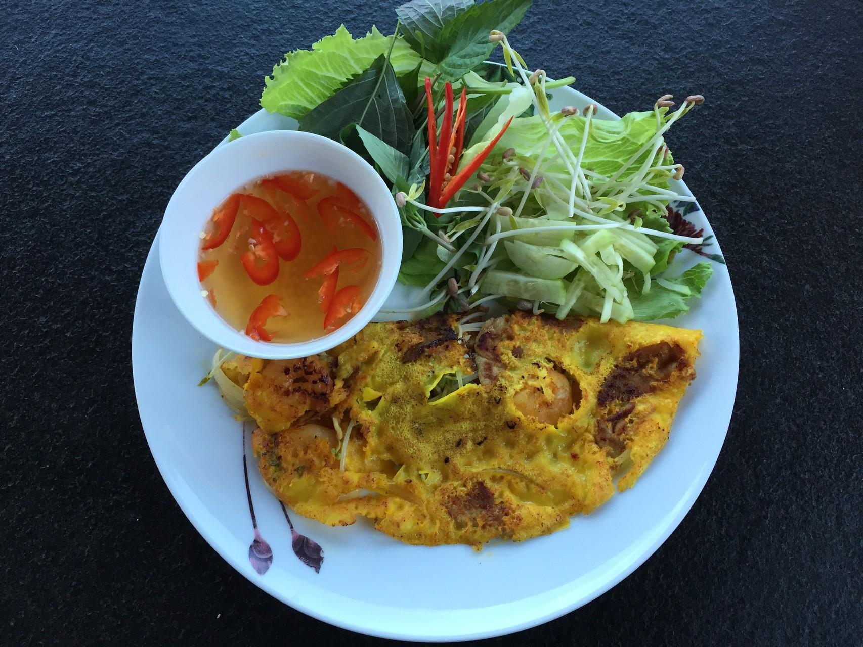 Banh Xeo Tom, Thit - Knuspriger Reismehl Pfannkuchen gefüllt mit Schweinfleisch, Crevetten, Sojasprossen, Zweibeln. Auch als Vegitarische.
