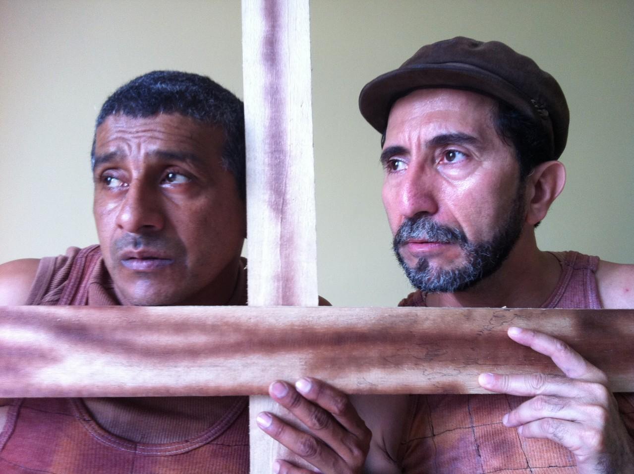 Obra: Las Paredes Hablan, en la imagen: Carlos Valencia y Raymundo Zambrano. Foto: Cortesía.