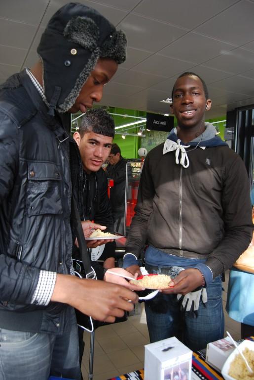 Les jeunes de quartiers apprécient les plats et participent aux dons