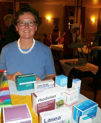Die Apothekerin Britta Krumstroh mit einer Auswahl an pflanzlichen Medikamenten gegen Schlafstörungen