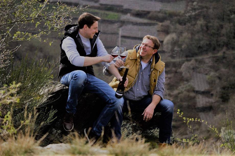 Die Winzer - Otger Schell (rechts) und Sohn Oliver Schell (links) Rotweinpreis